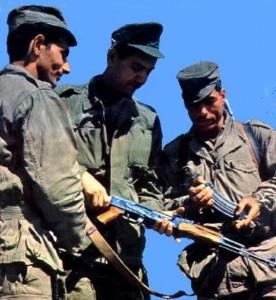Yaha Abdelhafid (à gauche) avec Aït Ahmed et l'aspirant Si Arezki