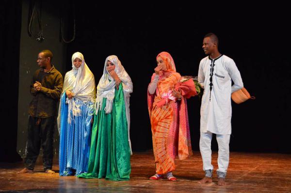 La troupe Taghit n'Ajjer saluant le public batnéen