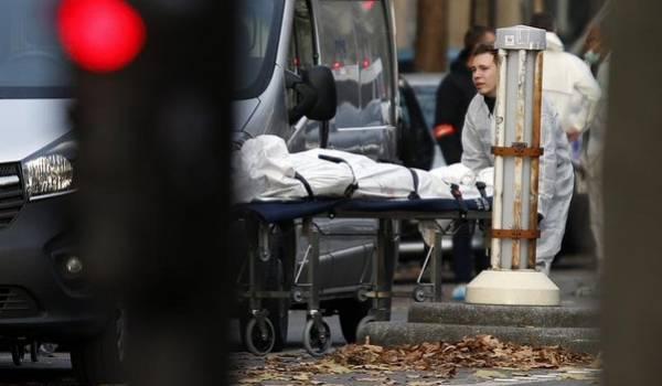 Le bilan des attaques kamikazes à Paris est très lourd.