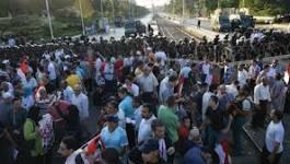 Egypte : des manifestants incendient trois sièges du parti islamiste au pouvoir