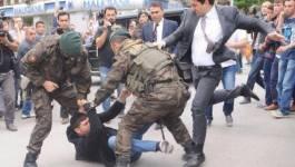 Turquie : un conseiller d'Erdogan roue de coups un manifestant
