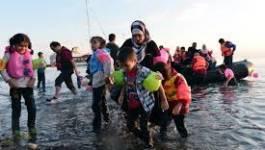 Des milliers de réfugiés débarquent au port d'Athènes, la Grèce débordée