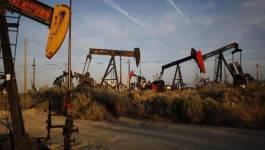 Le pétrole chute et efface ses gains de la semaine