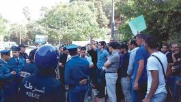 Sit-in des journalistes devant la stèle de la place du 1er Novembre à Oran