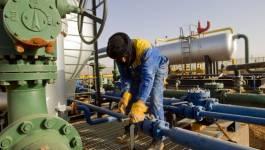 Le pétrole repart à la baisse, pénalisé par le dollar et les excédents