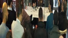 Des émigrés algériens débattent de l'avant-projet de constitution à Paris