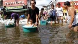 L'exode des habitants de Bangkok devant la montée des eaux