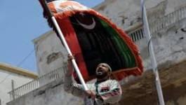 Le drapeau du CNT flotte au-dessus de l'ambassade libyenne à Alger