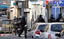 Le braqueur d'une agence de voyages à Paris en fuite, les otages sains et saufs
