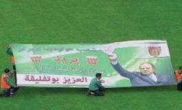 """Banderole brandie dans le stade de Franceville : """"Bouteflika, dégage"""""""