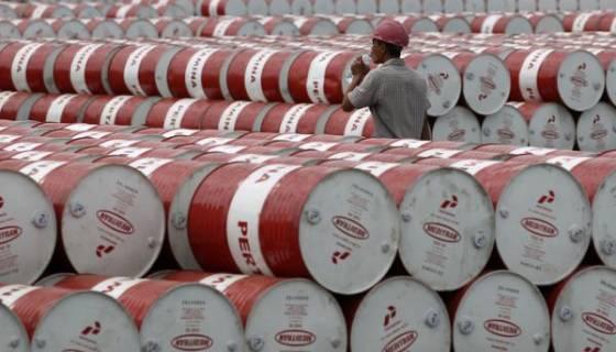 Le pétrole bénéficie d'un recul du dollar avant les stocks