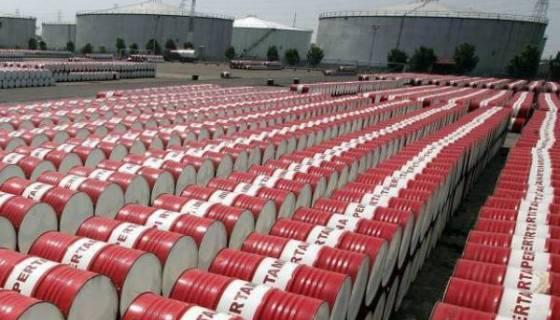 Le pétrole chute, plombé par une offre élevée et la déprime des marchés