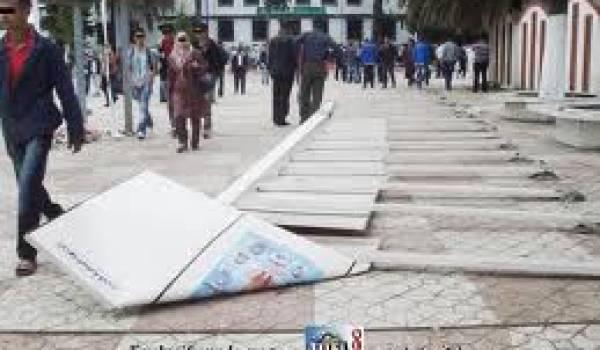 Meetings annulés, panneaux des élections à terre à Jijel.