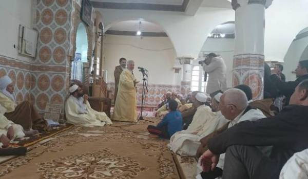 L'ancien ministre au milieu de membres de la zaouïa. Ici dans la mosquée