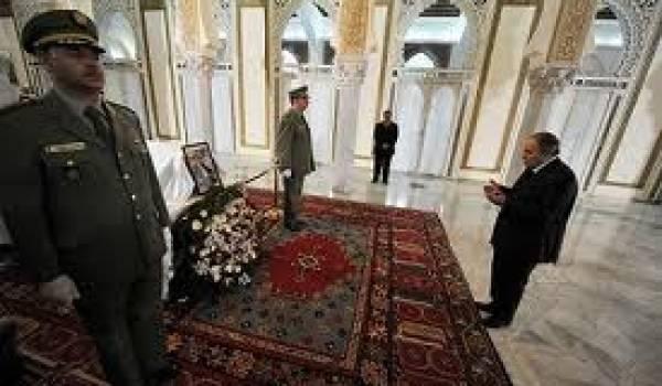 Bouteflika se recueille sur la dépouille de Ben Bella.