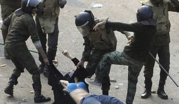 Des policiers qui s'acharnent sur un manifestant.