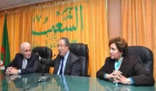Le ministre au milieu et les nouveaux responsables de médias publics.