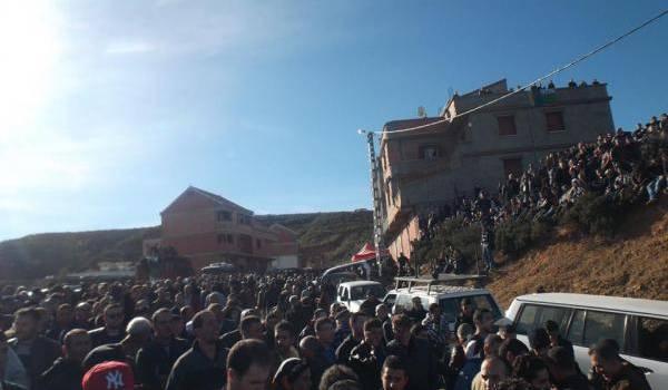 Une marée humaine a accompagné Aït Ahmed lors de son enterrement.