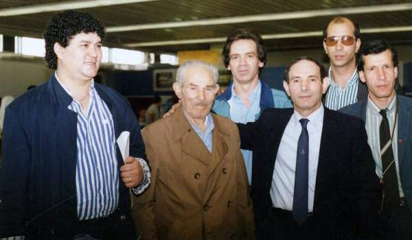 Au retour de Yaha Abdelhafidh en Algérie en 1989 avec (en avant plan) Ali Kaci et da Amar , de fidèles compagnons. Photo Ali Kaci.