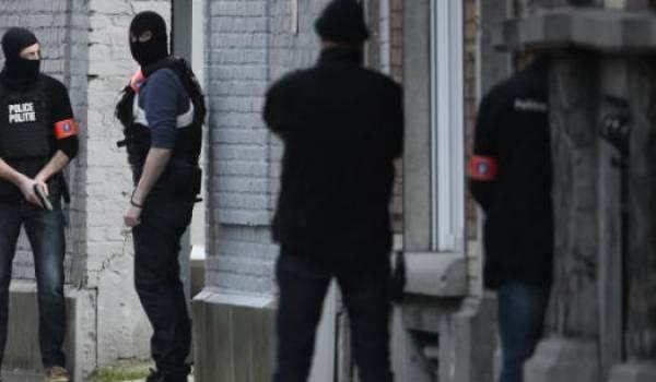 La police fédérale a encerclé le quartier de Forest, à Bruxelles, hier mardi.