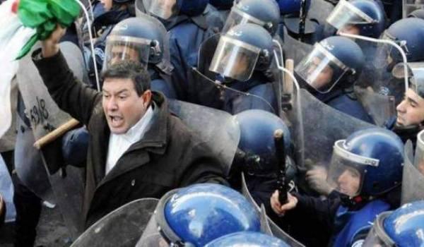 La police réprime les enseignants contractuels