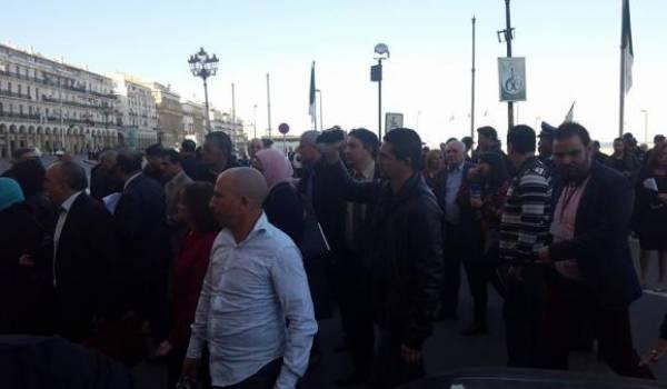 Des députés dans la rue d'Alger