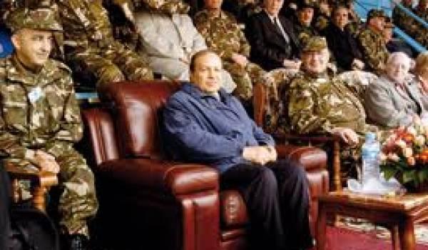 Abdelaziz Bouteflika et des officiers supérieurs.