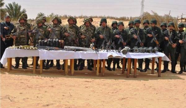 Les soldats de l'ANP présentant l'arsenal de guerre découvert à Guemar jeudi dernier.