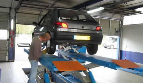 Le contrôle technique de véhicules a été rendu obligatoire en 2003.