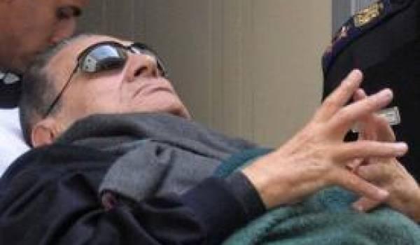 Hosni Moubarak sur une civière durant son procès.
