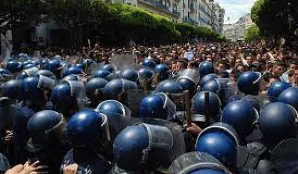 Le pouvoir s'appuie sur un système policier qui empêche toute expression publique.