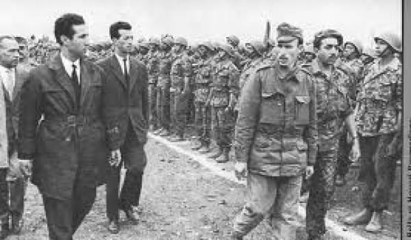 Boumediene présente ses unités pendant l'été de l'indépendance.