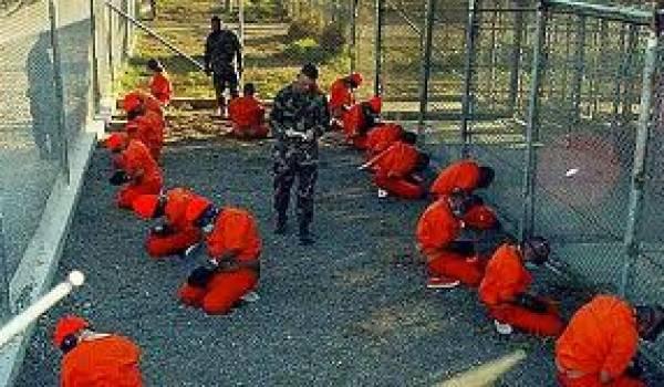 Des prisonniers dans l'un des camps-prisons de Guantanamo.