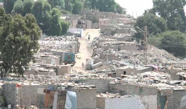 Les bidonvilles enserrent la plupart des villes algériennes.