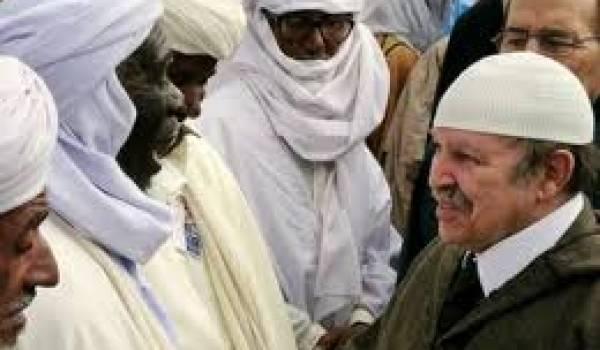 Bouteflika avec des membres d'une zaouïa.