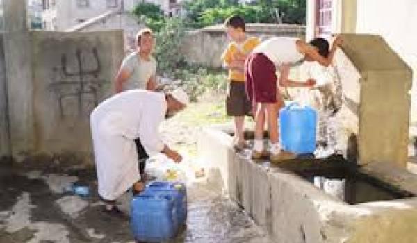 Les habitants d'Afir sont obligés de puiser l'eau dans les fontaines depuis des mois.