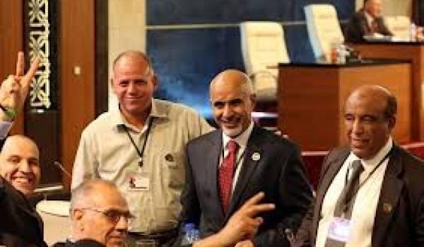 Mohamed Megaryef (au milieu) élu président de l'assemblée nationale