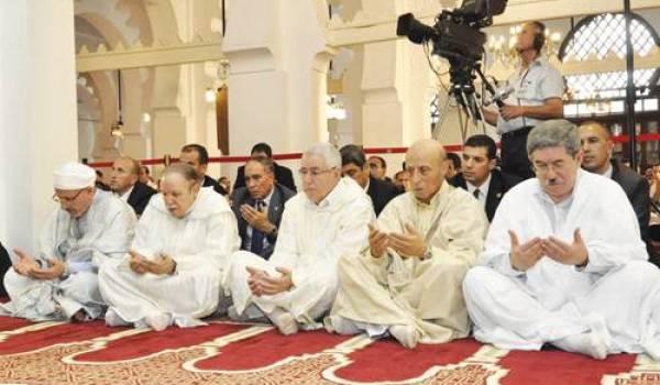 Bouteflika avec son précarré à la prière de l'Aid.