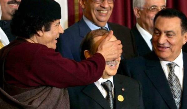 Bouteflika au milieu de deux dictateurs dont on connaît la fin de règne.