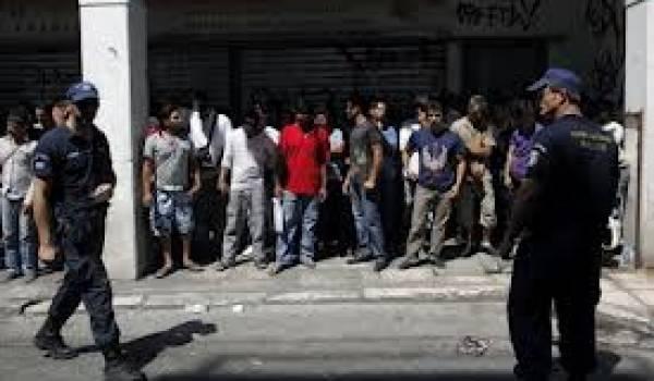 Des milliers de sans papiers sont arrêtés.