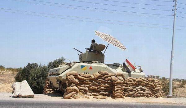 Un soldat égyptien qui surveille la région du Sinaï