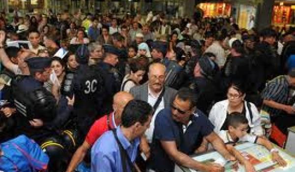 Des voyageurs algériens pendant la grève du personnel d'Air Algérie.