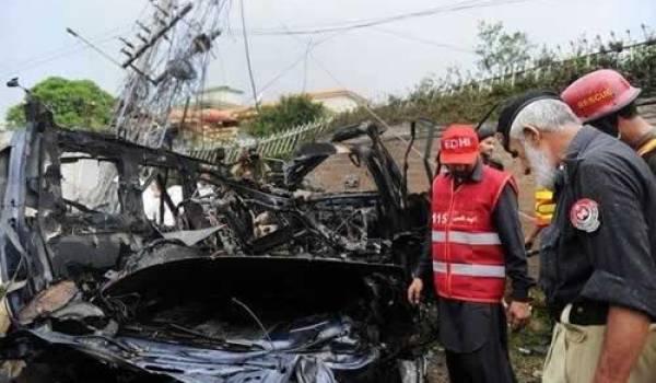 (afp.com/A Majeed) Des secouristes pakistanais interviennent sur les lieux de l'attentat à la voiture piégée, le 3 septembre 2012 à Peshawar