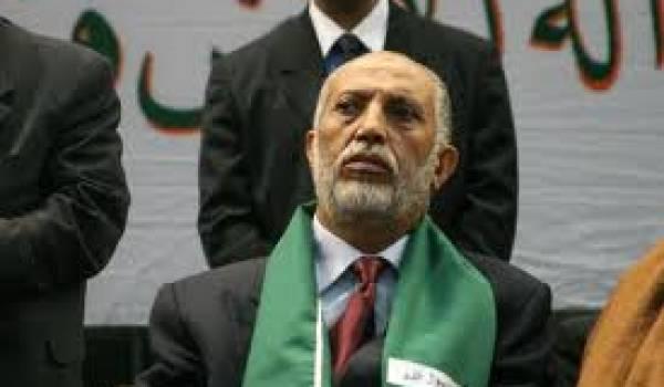 Abdelaziz Belkhadem pointe d'un regard noir le nouveau gouvernement.