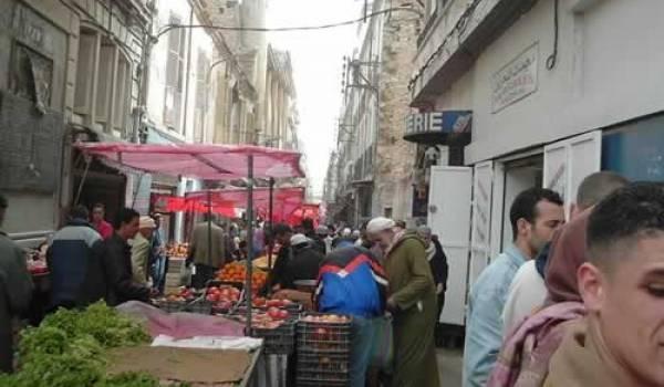 La rue de Bastille toujours occupée par des vendeurs malgré les promesses des ministres.