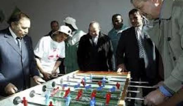 Bouteflika et Sellal se font une partie de baby-foot.