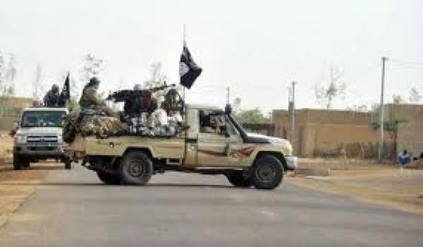 Les Aqmi et Mujao retiennent 13 otages quelque part au Sahel.