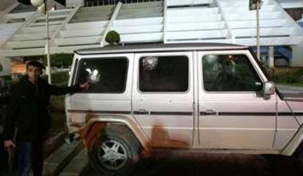La voiture du consul d'Italie visé.