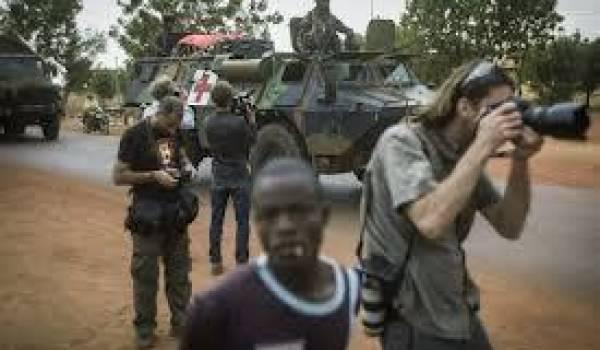 Sans liberté de mouvement, ni info, les journalistes sont marqués par les militaires.