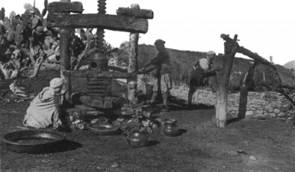 L'Etat jacobin entretient la dépendance en brisant aussi toutes les activités de production traditionnelle.